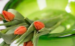 Röda tulpan i grön glass bunke Royaltyfri Bild