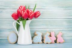 Röda tulpanblommor och påskkakor Royaltyfri Fotografi
