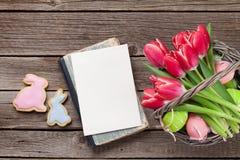 Röda tulpanblommor och påskkakor Royaltyfria Foton