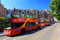 Röda turist- bussar av stadssighten Bryssel Arkivbilder