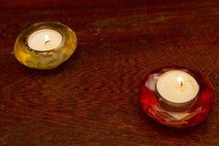 Röda två och gula tända stearinljus Royaltyfri Foto