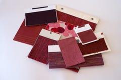 Röda tygprövkopior Arkivfoton