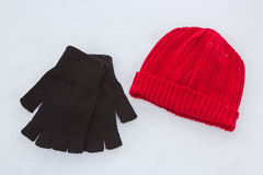 Röda ullhatt- och svarthandskar Royaltyfria Bilder