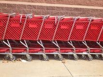 Röda uppställda shoppingvagnar Arkivfoton