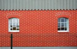 röda väggfönster för tegelsten Royaltyfri Foto