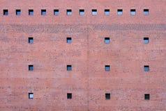 röda väggfönster för tegelsten Royaltyfria Bilder