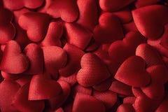 Röda valentinhjärtor textur, valentindag eller firaförälskelse för liten satäng arkivfoto