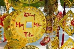 Röda vietnamesiska och kinesiska garneringar för nytt år och guld- färger på en gata Inskriften översätts - Lucky Money Series royaltyfria bilder