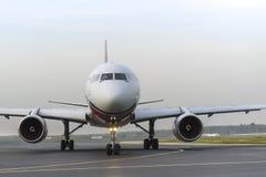 Röda vingar för Tupolev som Tu-204 åker taxi på Domodedovo den internationella flygplatsen Royaltyfria Foton