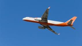 Röda vingar Tu-204-100 Fotografering för Bildbyråer