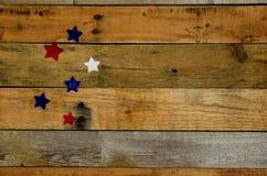 Röda, vita och blåa stjärnor på palettträ Royaltyfria Foton