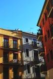 Röda, vita och gula byggnader arkivfoto