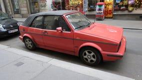 Röda Volkswagen Golf Arkivfoto