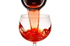 Röda WinePouring in i exponeringsglas Arkivbild