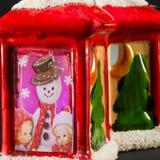 Röda xmas-lyktor med snögubbe- och barngarnering Arkivfoto