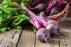 Rödbeta för nya grönsaker på träbakgrund Fotografering för Bildbyråer