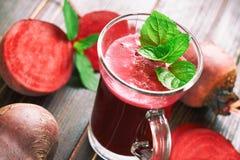 Rödbetafruktsaft med mintkaramellsidor arkivbilder