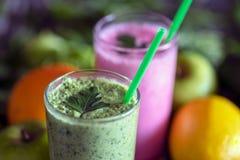 Rödbetayoghurt och gräsplansmoothie i exponeringsglaskoppnärbild royaltyfri fotografi