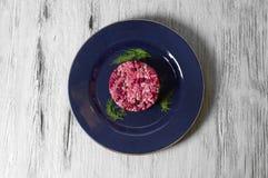 Rödbetssallad med höna, gröna ärtor, morötter, lökar och yoghurtdressingen Arkivfoto
