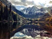 Rödbrun Klockor reflexion i sjön i eftermiddag under nedgången royaltyfri bild