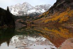 Rödbruna Klockor reflekterade i den rödbruna sjön på soluppgång i nedgången royaltyfria bilder
