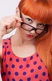 Rödhårig flicka i exponeringsglas Arkivfoton