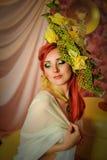 Rödhårig flicka med idérikt smink i gröna signaler Royaltyfri Fotografi