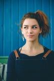 Rödhårig flicka på bakgrunden av den blåa väggen Royaltyfri Fotografi