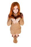 Rödhårig flicka som in camera ser isoleras på den vita backgroen Royaltyfria Foton