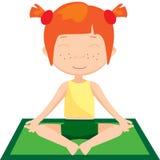 Rödhårig flicka som gör yogaövning Arkivfoton