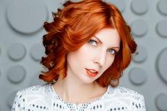 Rödhårig flickaframsida arkivfoto