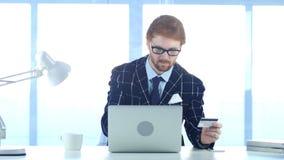 Rödhårig manaffärsman Busy i online-shopping, betalning vid kreditkorten Royaltyfria Foton