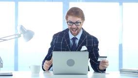 Rödhårig manaffärsman Excited för online-shopping, betalning vid kreditkorten Royaltyfri Bild