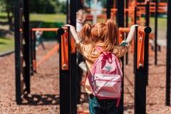 Rödhårig manbarn på lekplats fotografering för bildbyråer