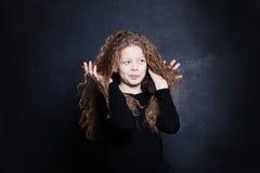 Rödhårig manbarnflicka Gulligt barn med rött hår fotografering för bildbyråer