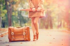 Rödhårig manflicka med resväskan royaltyfria bilder