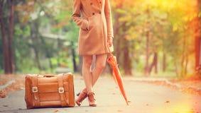 Rödhårig manflicka med resväskan royaltyfria foton