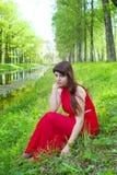 Rödhårig manflicka med storartade former i röd dräkt under fotofors 19 Royaltyfri Foto