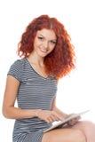Rödhårig manflicka som använder en minnestavlaPC royaltyfria bilder