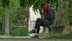 Rödhårig manflicka som använder Smartphone lager videofilmer