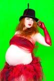 Rödhårig mangravid kvinna i hatt Royaltyfria Bilder