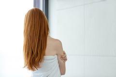 Rödhårig mankvinna i handduk fotografering för bildbyråer