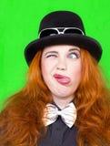 Rödhårig mankvinna i hatt Arkivbilder