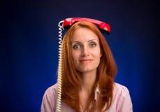 Rödhårig mankvinna med telefonen Royaltyfria Bilder