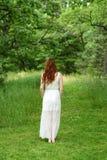 Rödhårig mankvinna på skogslinga Arkivfoto