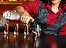Rödhårig mankvinnlig bartender Royaltyfri Bild