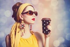 Rödhårig mankvinnor med kaffe. Royaltyfri Bild