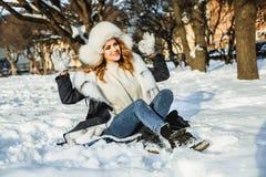 Rödhårig manvinterkvinna som har roligt utomhus- royaltyfri fotografi
