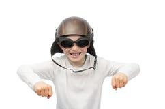 Rödhårig pojke med fräknar, motorcykelexponeringsglas och hjälmen Royaltyfria Bilder