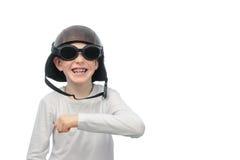 Rödhårig pojke med fräknar, motorcykelexponeringsglas och hjälmen Fotografering för Bildbyråer